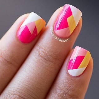 Hermoso arreglo de uñas con diferentes formas geometricas