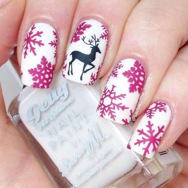 decorando uñas blancas con estampado rosa