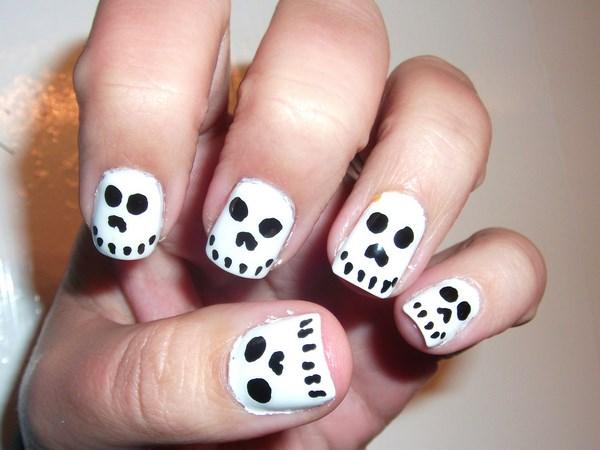 diseño de uñas de calaveras