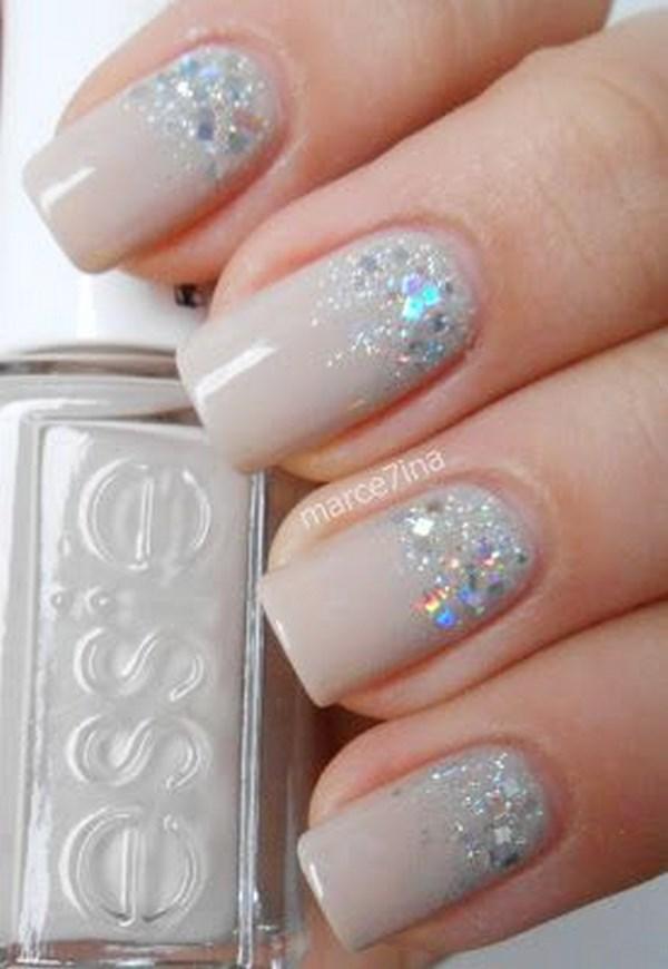 diseño de uñas nude con glitter