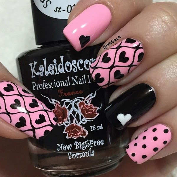 diseño de uñas rosa con negro