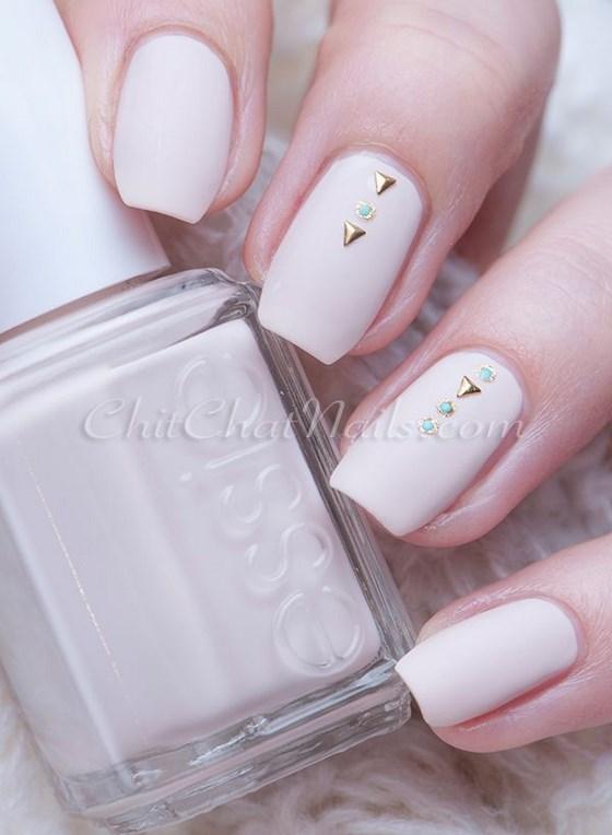 diseño rosa de uñas con piedras