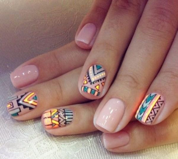 diseños geometricos de colores sobre uñas color nude