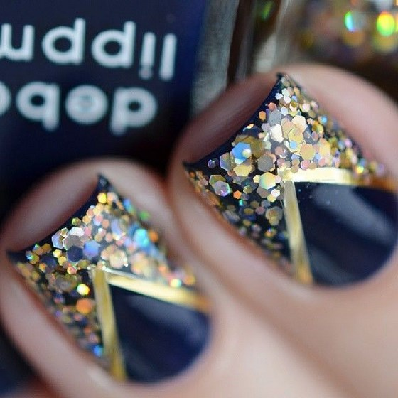 modelo de uñas azules con cintillas