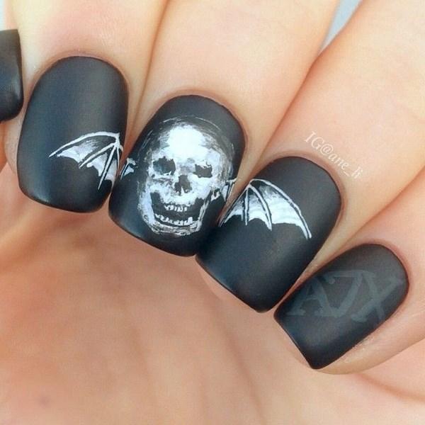 modelo de uñas negras con calavera