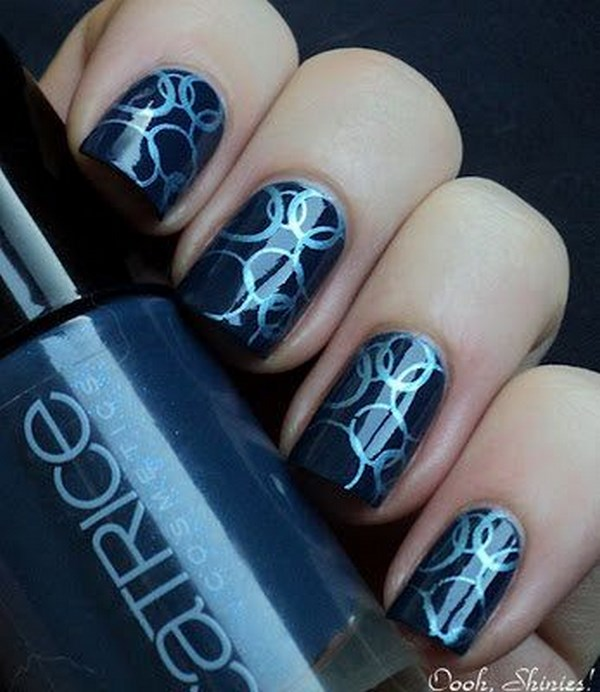 uñas azules con estampado circular