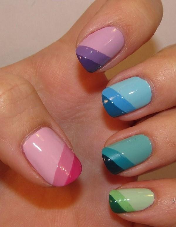 uñas color pastel con rayas