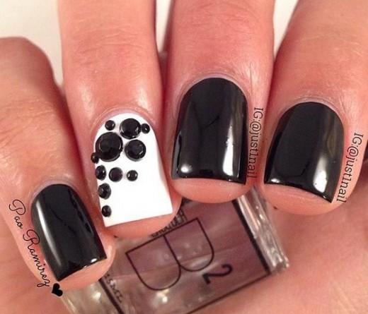 uñas con accesorios negros