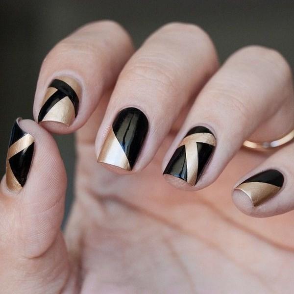 uñas con esmalte metalizado color oro con negro