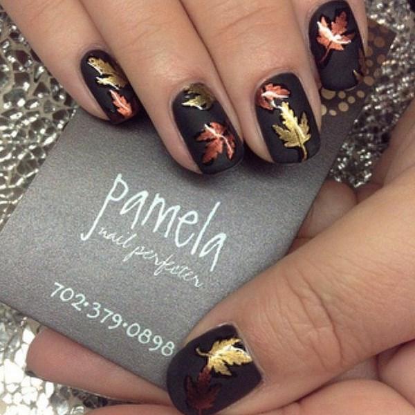 uñas con esmalte metalizado formas sobre fondo negro