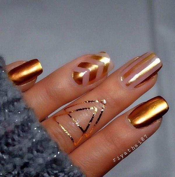 uñas con esmalte metalizado oro
