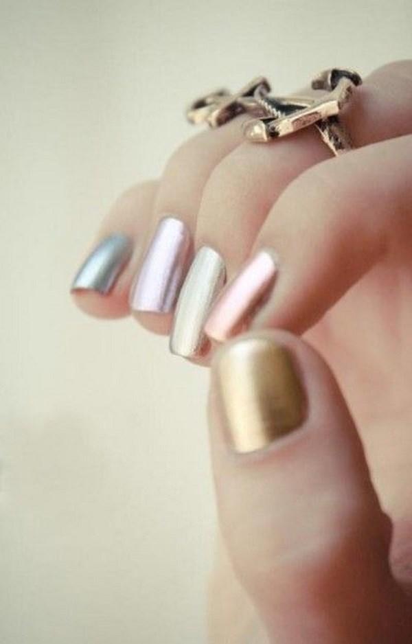 uñas con esmalte metalizado