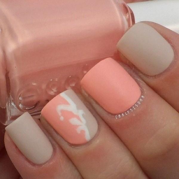 uñas cortas decoradas con rosa y tonos nude