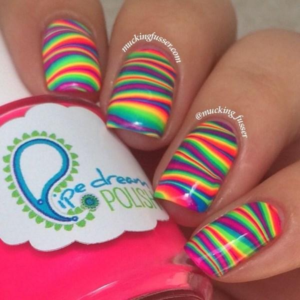 uñas de colores neon en agua