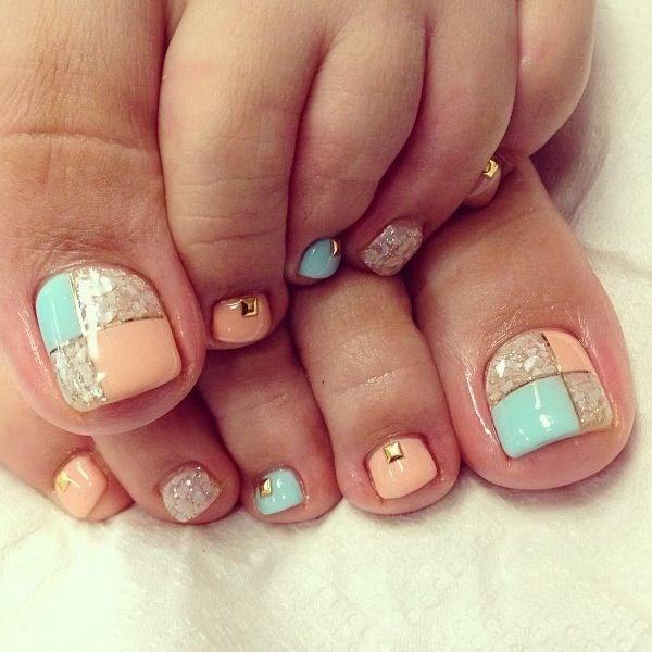 uñas de los pies pastel con accesorios