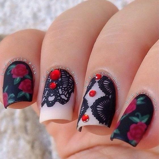 uñas decoradas con piedras