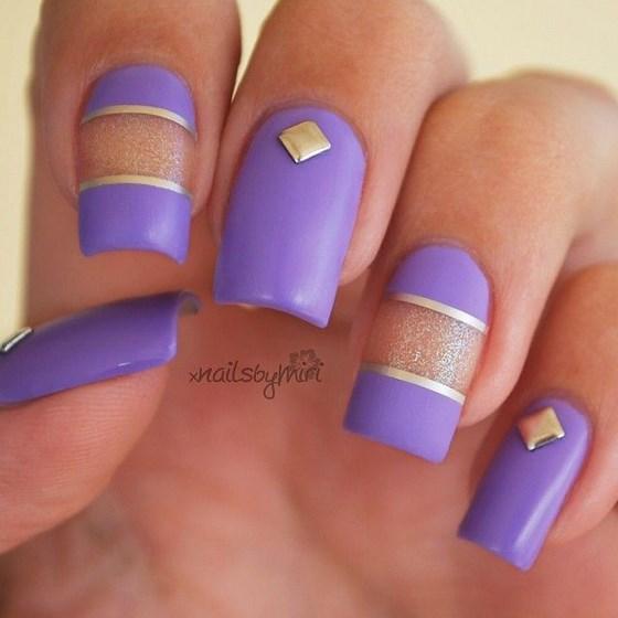 uñas violeta con cintillas