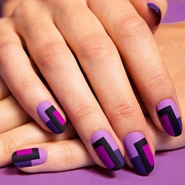 uñas violeta con figuras rectangulares