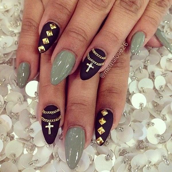 accesorios dorados en uñas negras