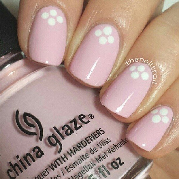 diseño de uñas rosa con puntos