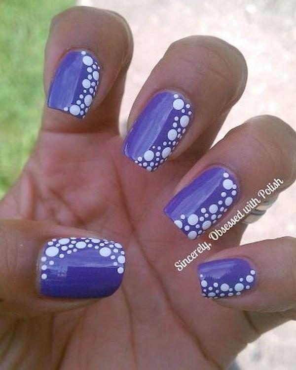 diseño de uñas violeta con puntos