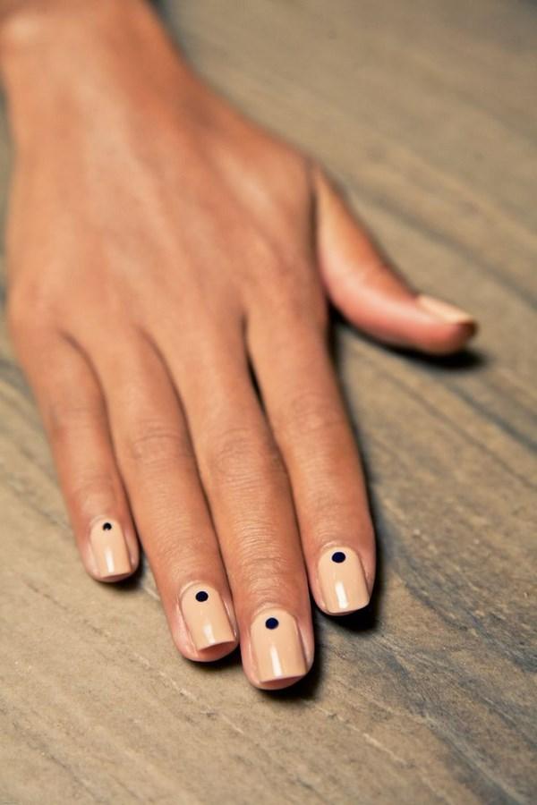 uñas decoradas con puntos de un color