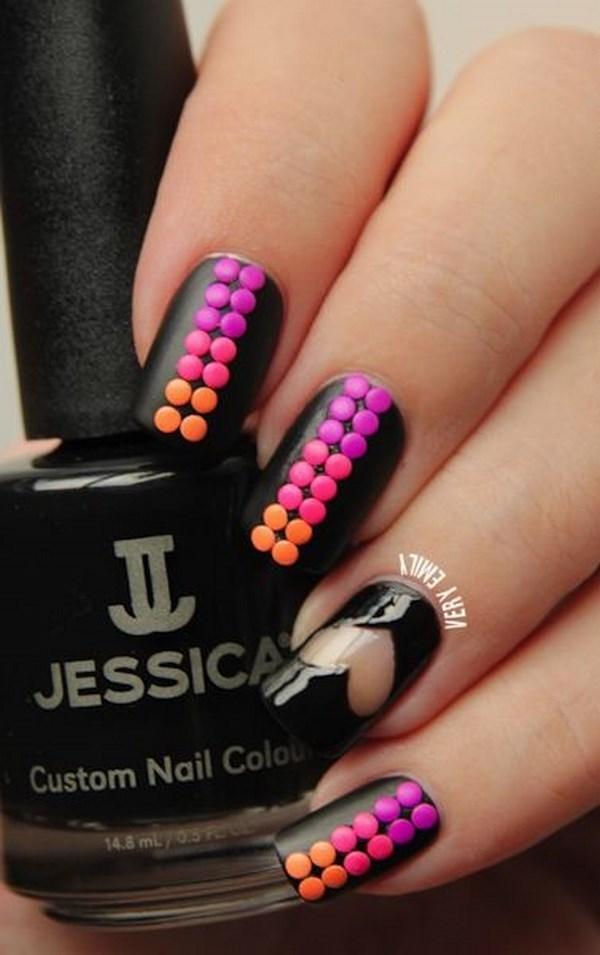 uñas negras decoradas con accesorios de puntos