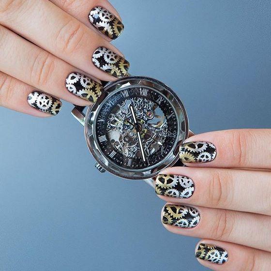 diseño de uñas estilo reloj