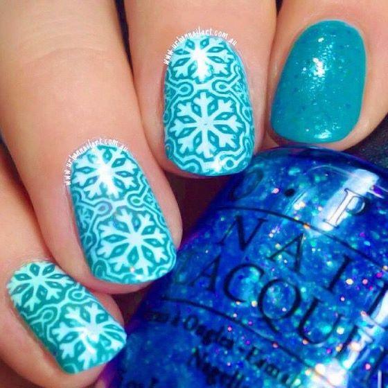 uñas azules con lindo estampado