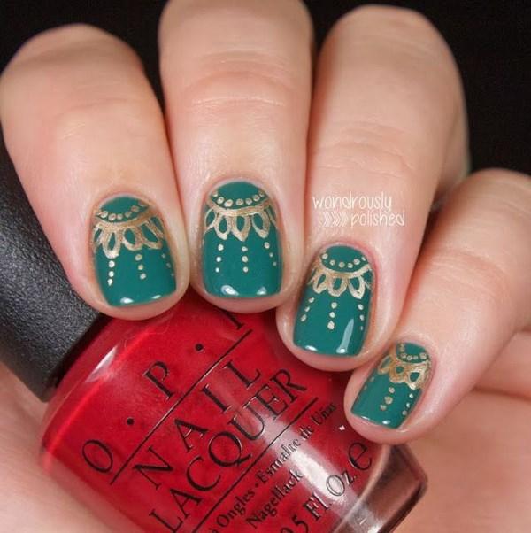 uñas verdes con diseños dorados hechos a mano
