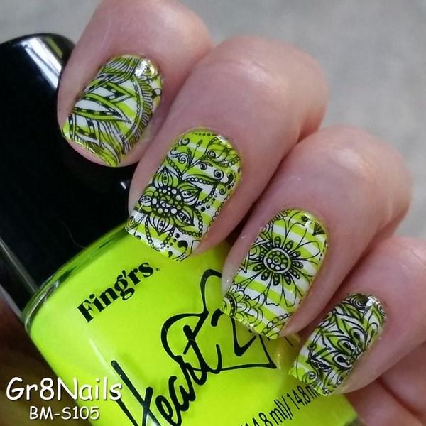 uñas verdes decoradas con sharpie