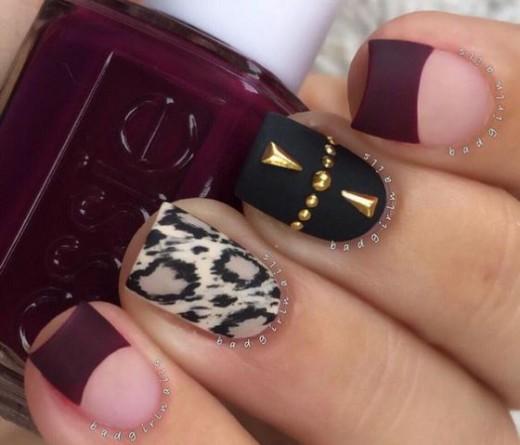 decoracion de uñas vino con negro y dorado