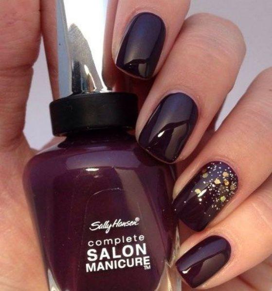 diseño de uñas doradas color vino