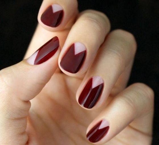 uñas color vino diseño triangular