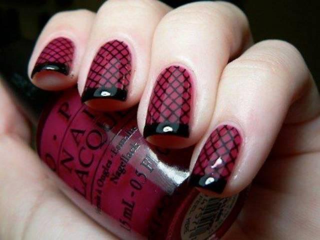 diseño de uñas rojo con cuadros negros