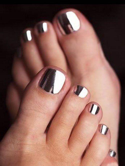 diseño metalizado de uñas para los pies
