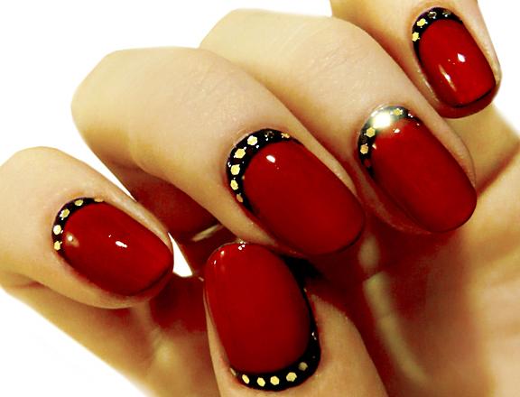 imagen de uñas decoradas en rojo