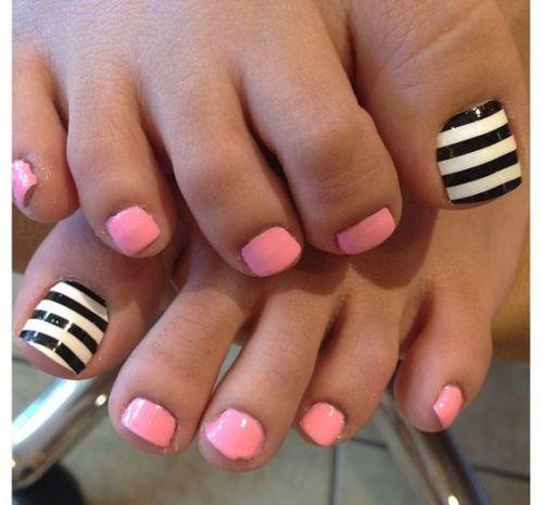 uñas blanco y negro con rosa