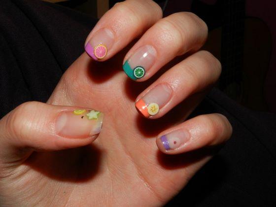 uñas con pegatinas de colores