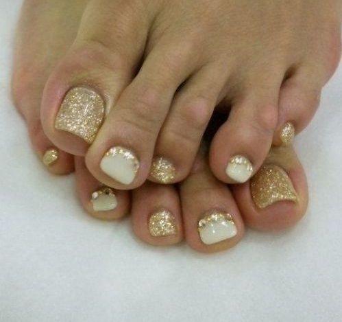 uñas doradas para pies