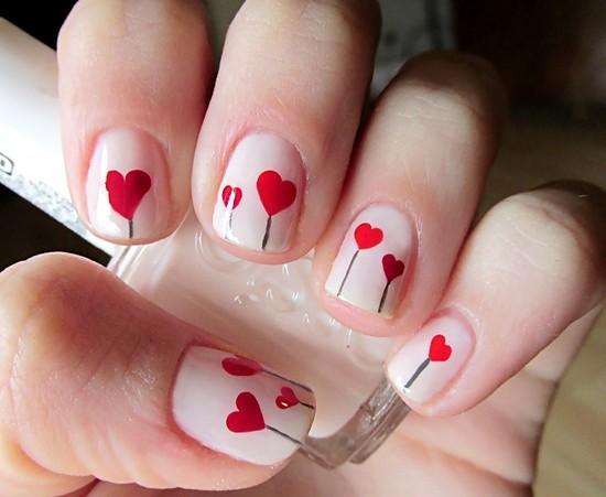 uñas naturales con corazones