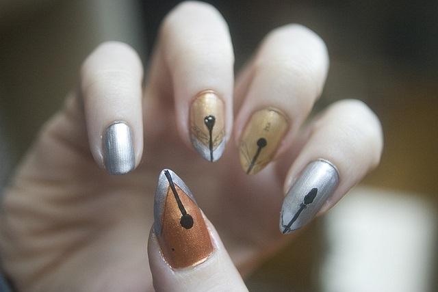 uñas naturales dorado y plata