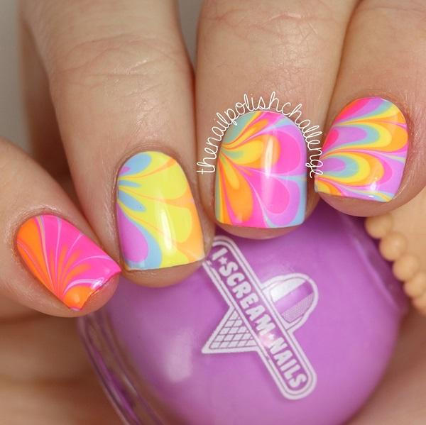 decorando uñas en agua