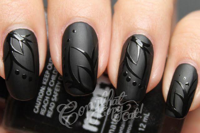 diseño de uñas negras con flores