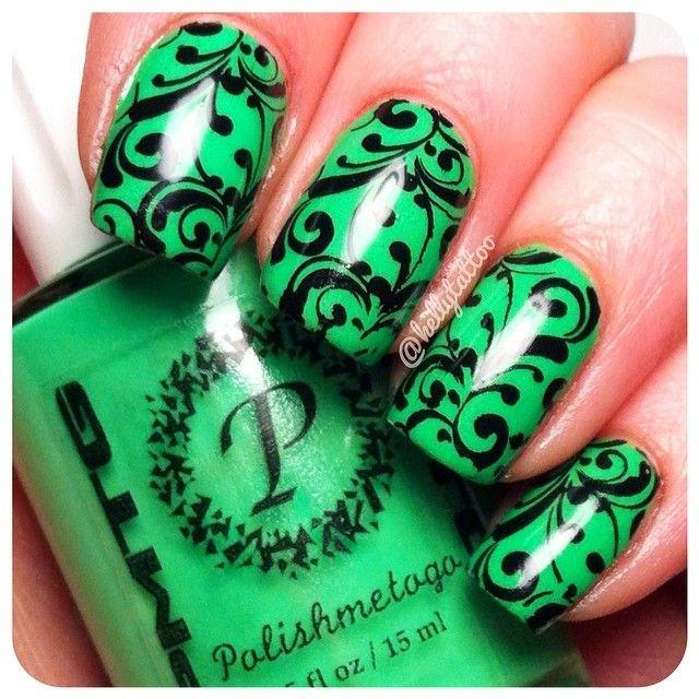 nail art verde con flores negras