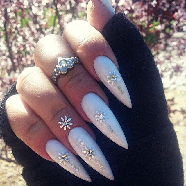 uñas blancas con accesorios