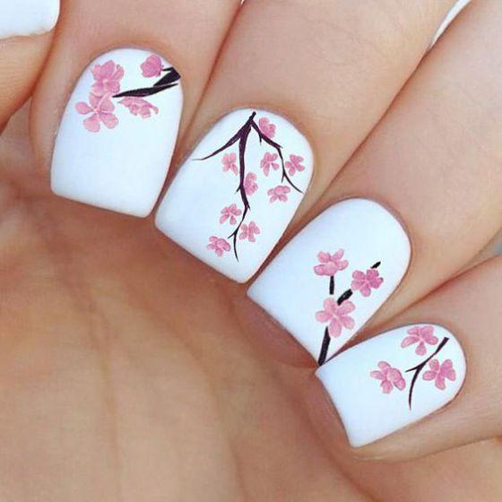 uñas blancas con rosas