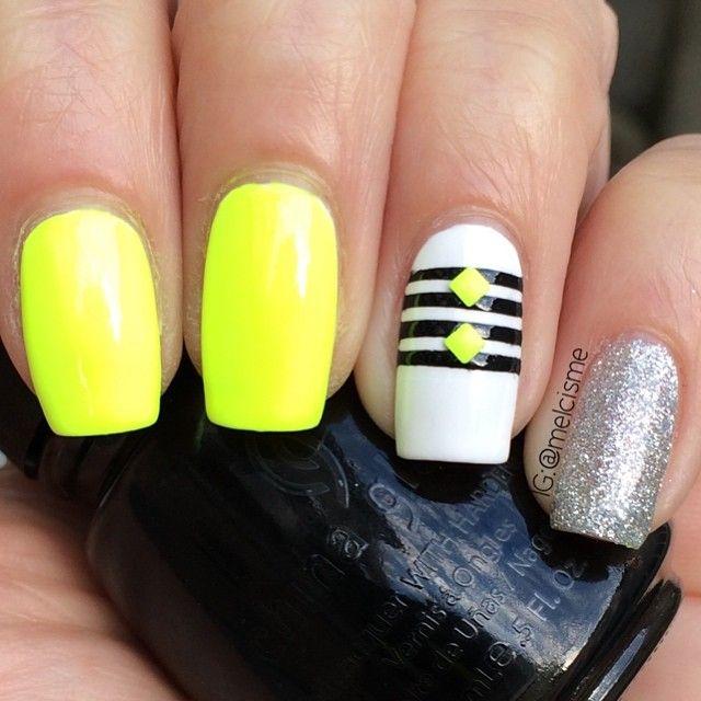 uñas con amarillo neon y accesorios