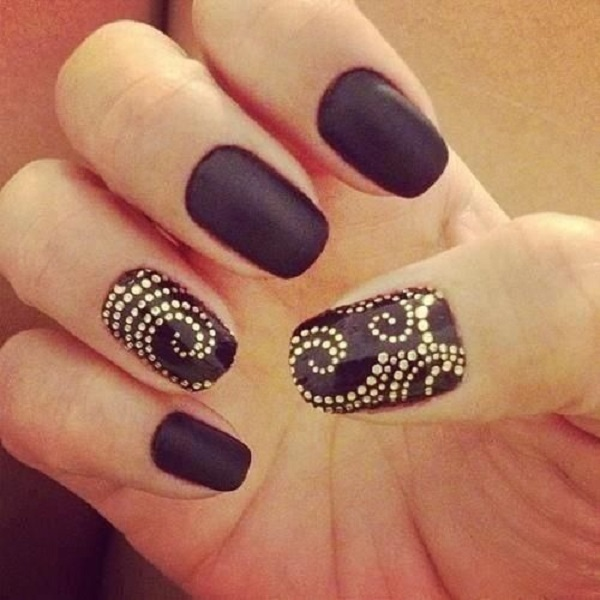 uñas con negro y dorado
