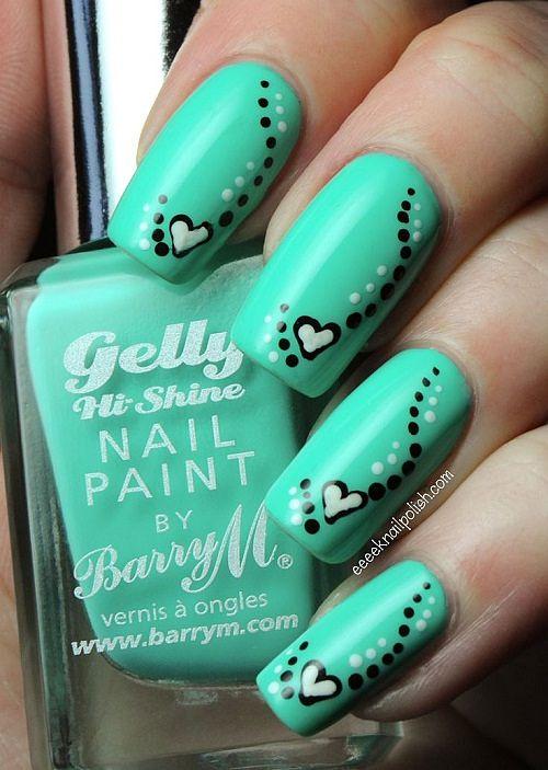uñas decoradas de verde con corazones